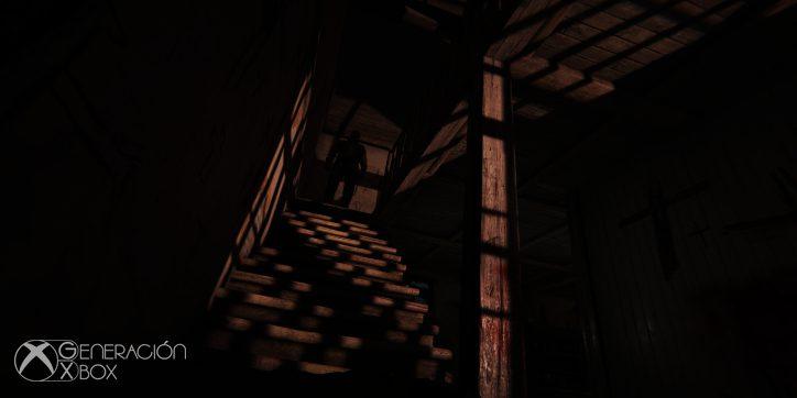 Sí, hay alguien entre las sombras, al final de la escalera. Puedes subir a saludarlo o salir por patas. Tú decides.
