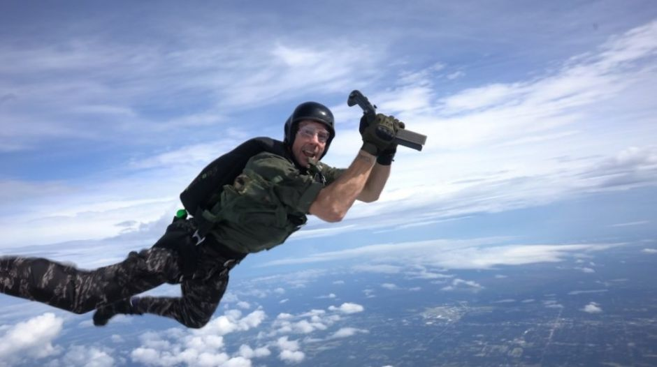 Se lanza desde 13.000 pies para entregar una Xbox One X edición Battlefield V a un veterano de la Marina de los EE.UU