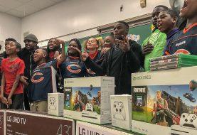 La estrella de la NFL Tarik Cohen regala decenas de Xbox a niños en riesgo de pobreza
