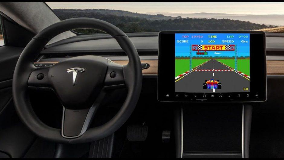 Así juega Aaron Greenberg con su mando de Xbox One en un coche Tesla