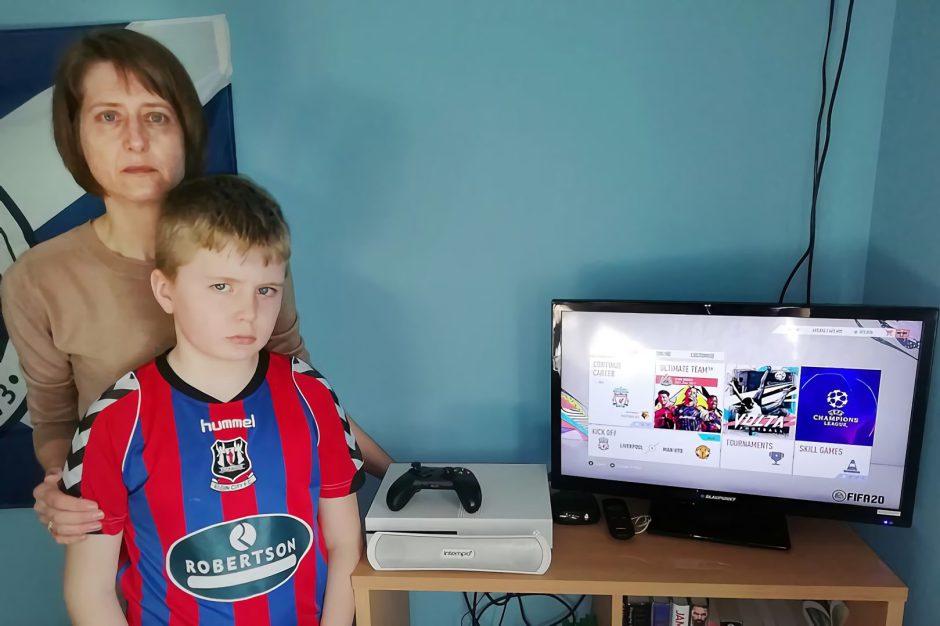 Una madre de tres niños demanda a Xbox por una estafa en FIFA