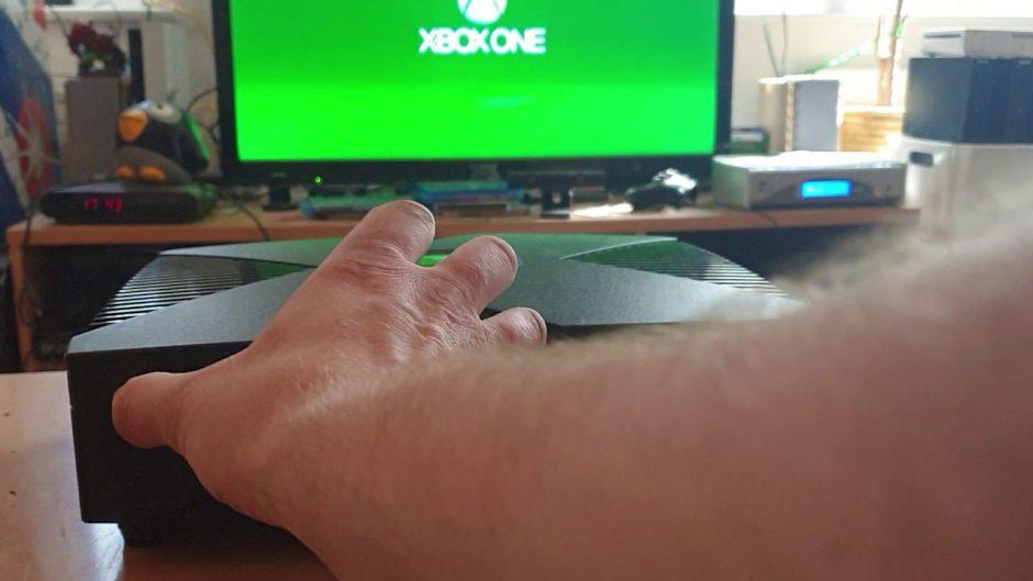 ¡Vaya pasada! Construye una Xbox One X dentro del cuerpo de una Xbox Original