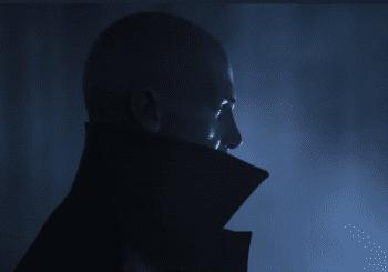 El Agente 47 nos muestra una de sus nuevas herramientas en Hitman 3: una cámara inteligente