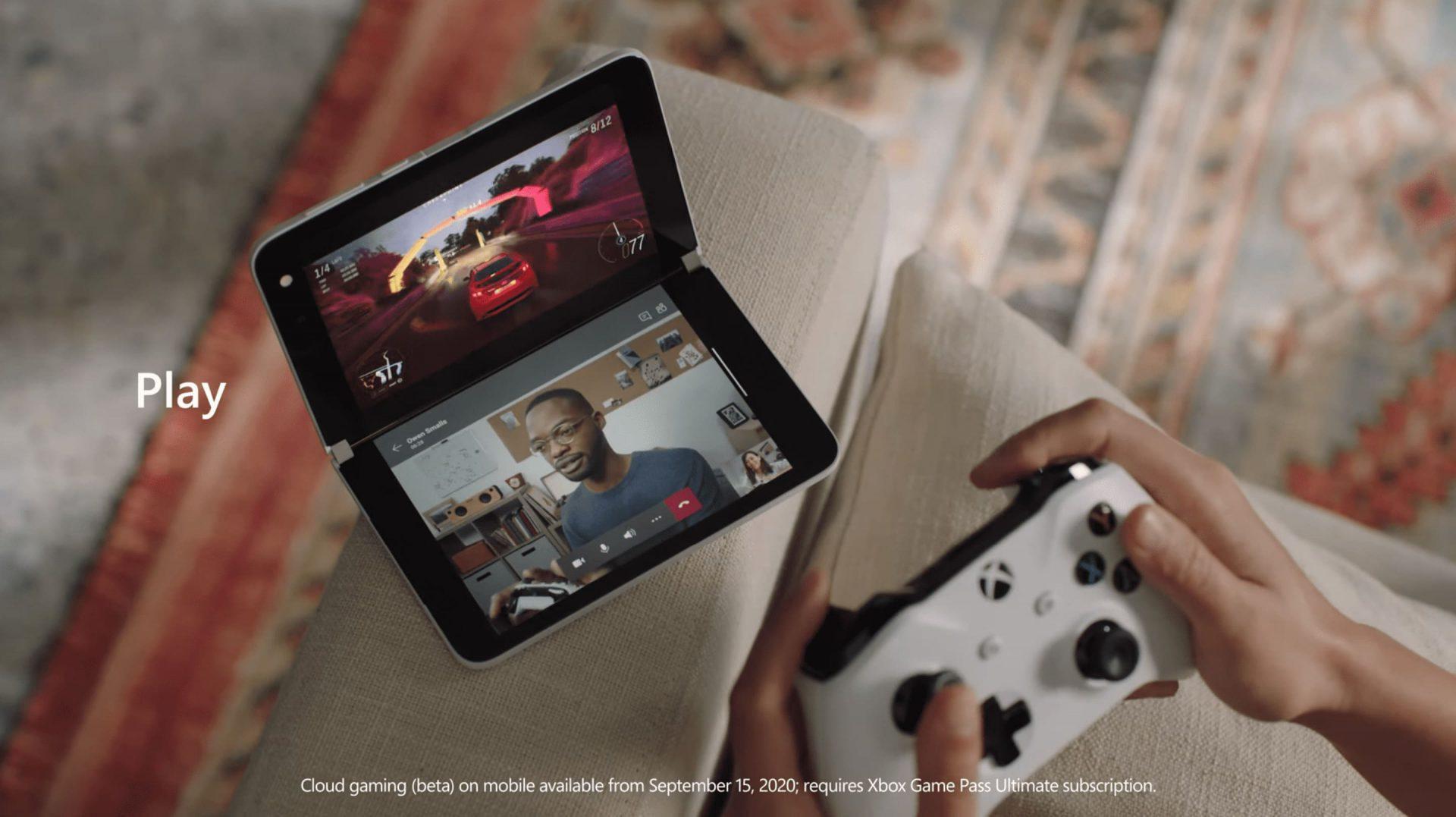 Surface Duo con un mando Bluetooth a la vez que estamos en una videollamada