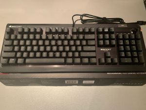 Análisis: Usamos el teclado Gaming RGB Mecánico Pyro de ROCCAT en Xbox Series - Siempre había tenido la curiosidad de probar en mi Xbox Series X o en mi Xbox Series S un teclado para poder realizar las funciones propias del mismo en el entorno de una consola. Como ya sabéis, en las consolas Xbox podéis hacer funcionar con tan solo conectar por USB un teclado de PC y usarlo con total compatibilidad con la interfaz y con las funciones de la consola. En este caso nosotros hemos hecho la prueba con el genial teclado Gaming RGB mecánico Pyro de ROCCAT.